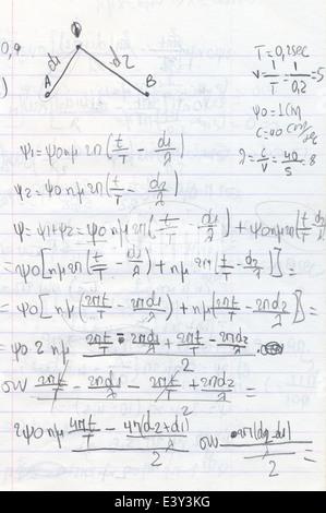 Physik-Hausaufgaben mit Diagramm handschriftlich mit Bleistift auf Briefpapier. Bildung und Wissenschaft Hintergrund. - Stockfoto
