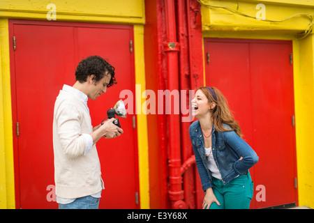 Paar mit einem Lachen, während fotografieren - Stockfoto