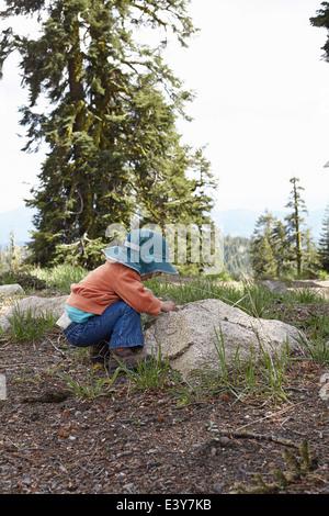 Kleinkind bis Blick auf Rock biegen - Stockfoto