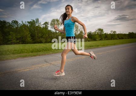 Teenager-Mädchen auf Strecke - Stockfoto