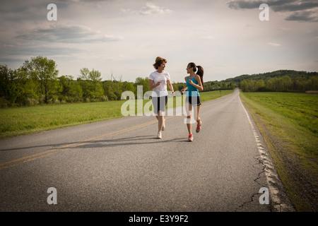 Mitte Erwachsene Frau und Teenager-Mädchen auf Strecke - Stockfoto