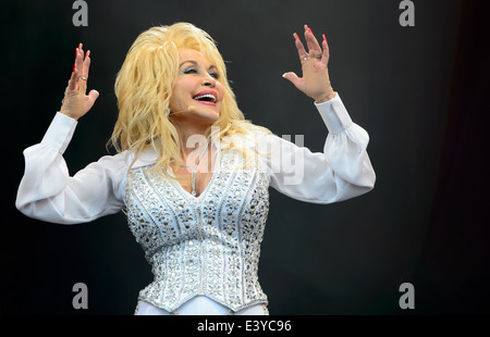 Dolly Parton führt beim Glastonbury Music Festival, England, Sonntag, 29. Juni 2014. - Stockfoto
