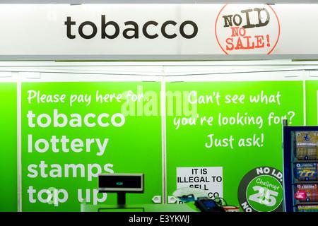 ASDA Supermarkt Tabak Zähler - Stockfoto