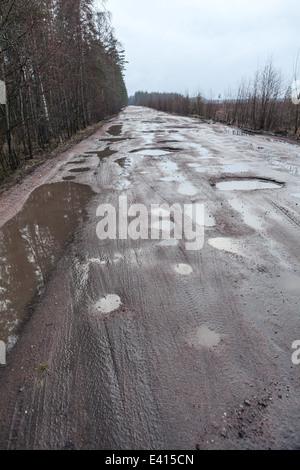 Gebrochene Straße in den Wald, Russland - Stockfoto