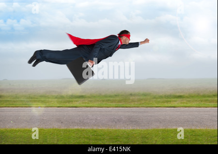 Superheld Geschäftsmann mit Umhang und Maske fliegen - Stockfoto