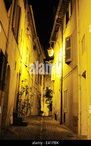 Blick auf eine alte Straße der Stadt von Cannes in der Nacht. Frankreich - Stockfoto