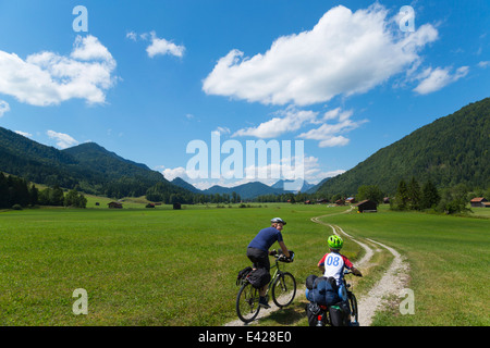 Vater und Sohn durchlaufen Jachenau, Bayern, Deutschland - Stockfoto