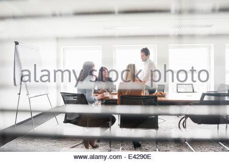 Kollegen im Tagungsraum - Stockfoto