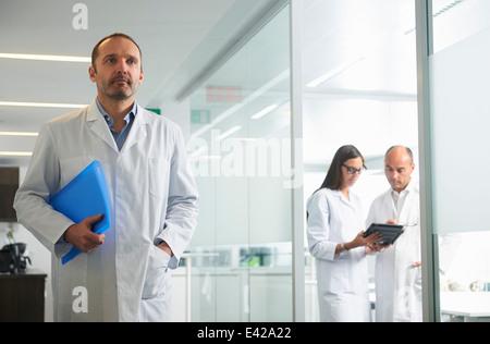 Ärzte bei der Arbeit im Büro - Stockfoto