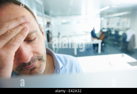 Mann denkt, Menschen im Hintergrund - Stockfoto