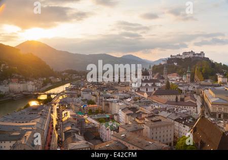Salzach Fluss, Kollegien Kirche, Festung Hohensalzburg, Salzburg, Österreich - Stockfoto