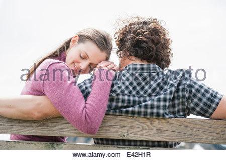 Mitte erwachsenes paar auf Parkbank - Stockfoto