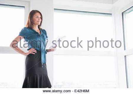 Mitte Erwachsene Frau Holding digital-Tablette, portrait - Stockfoto