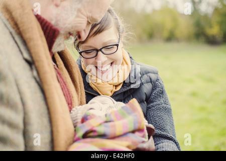 Großvater Betrieb Enkel, mit Tochter - Stockfoto