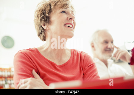 Reife Frau, Lächeln, Porträt - Stockfoto