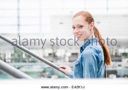 Porträt der jungen Stadt Frau auf Rolltreppe - Stockfoto