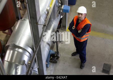 Hohen Winkel Porträt des männlichen Techniker im Kraftwerk - Stockfoto