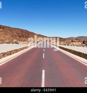 Rote Straße durch Minas San Jose im Teide Nationalpark auf Teneriffa, Spanien. - Stockfoto