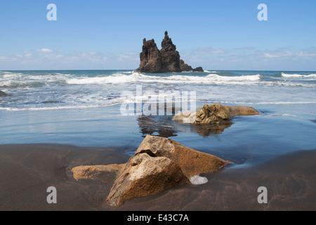 Meeresblick aus dem schwarzen Sand Strand Benijo, in der Nähe von Taganana, in der nordöstlichen Küste von Teneriffa, - Stockfoto