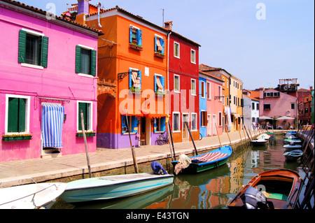 Vibrantly farbigen Häuser des Dorfes Burano, Venedig, Italien - Stockfoto