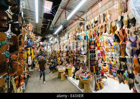 Viele waren zum Verkauf im Souk in Marrakesch, Marokko - Stockfoto
