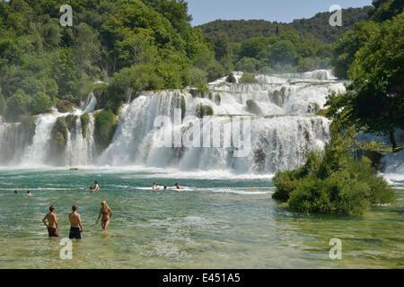 Touristen, die ein Bad zu nehmen, am Skradinski Buk Wasserfälle Krka Nationalpark, Šibenik-Knin County, Dalmatien, - Stockfoto