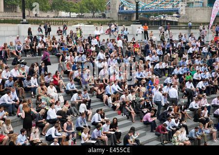 London, UK. 2. Juli 2014. Eine große Menschenmenge sitzen und beobachten Sie Tennis in Wimbledon auf großen Bildschirmen in die Schaufel vom Rathaus in Londo Credit: Keith Larby/Alamy Live News