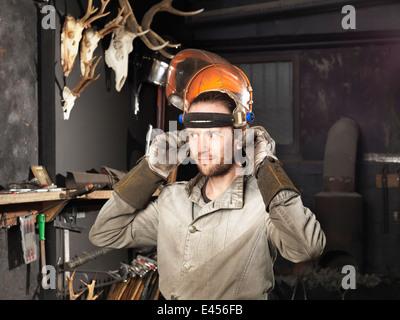 Schmied, auf einem Visier in Werkstatt - Stockfoto