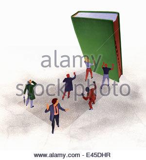 Großes Buch fallen auf den verängstigten Unternehmern - Stockfoto