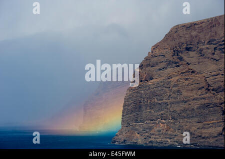 Acantilado de Los Gigantes (Riesen Klippen) mit einem Regenbogen über dem Meer, West Teneriffa, Kanarische Inseln, - Stockfoto