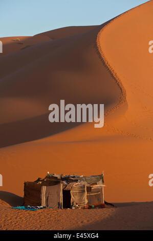 Berber Zelt in den Dünen von Erg Chebbi, nahe dem Dorf Merzouga, Marokko, Juni 2009 - Stockfoto