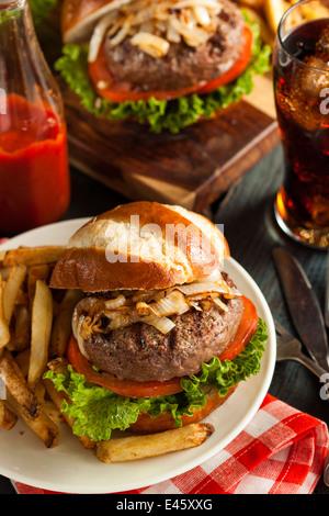 Gourmet-Burger mit Salat, Tomate und Zwiebeln - Stockfoto