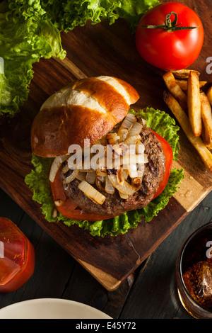 Gourmet-Burger mit Salat, Tomate und Zwiebeln