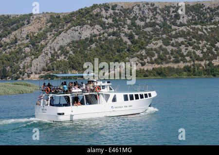 Nationalpark Boot Necven die Touristen auf dem Fluss Krka von Skradin Skradinski Buk Wasserfälle, Nationalpark Krka, - Stockfoto