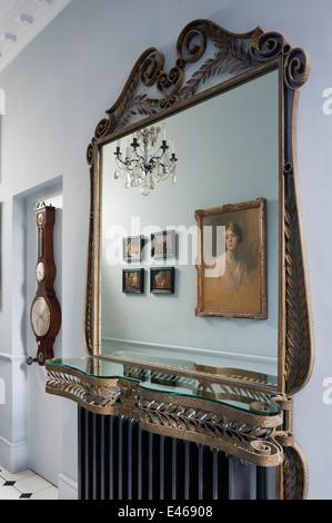 Haus in London, Eingangshalle mit Spiegelbild - Stockfoto