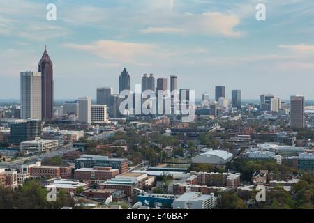 Erhöhten Blick auf die Interstate 85 vorbei Atlanta Skyline, Atlanta, Georgia, Vereinigte Staaten von Amerika - Stockfoto