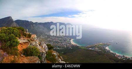 Panoramablick auf der Rückseite des Table Mountain, Camps Bay, Clifton, Misty Cliffs in Kapstadt, Südafrika - Stockfoto