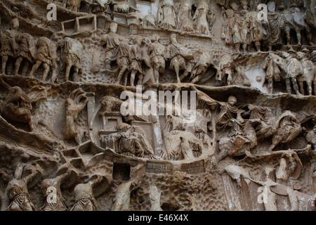 Relief Schnitzereien auf der 'Triumphbogen des Septimius Severus'. Forum Romanum, Rom, Latium, Italien. - Stockfoto
