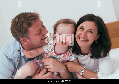 Glückliche Familie Spaß im Bett - Stockfoto
