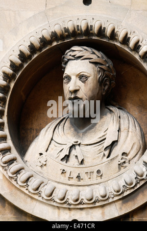Plato Inset-Skulptur in der Wand des Wollaton Hall in Nottingham Platon 428/427 oder 424/423 BC-348/347 BC) war - Stockfoto