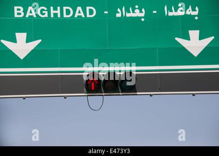 Ein Schild weist in Richtung Bagdad in der Stadt Duhok, Provinz Ninive, Irakisch-Kurdistan, 6. Juni 2014 - Stockfoto