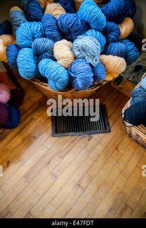 Weidenkorb von Garn Wolle Stränge - Stockfoto