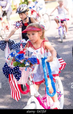 Junge Kinder in patriotischen Kostümen gekleidet Reiten Fahrräder während der I'On Gemeinschaft Independence Day - Stockfoto