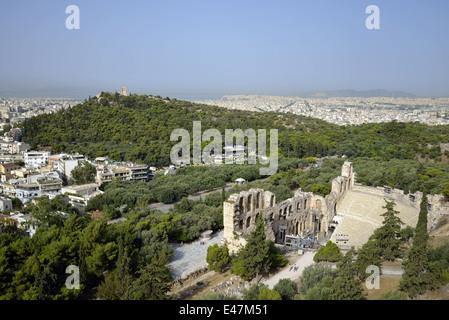 Odeon des Herodes Atticus und Hügel des Philopappos in Athen, Griechenland - Stockfoto