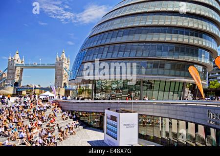 Ansicht des Rathauses zeigt Tower Bridge auf der linken Seite, Southwark, London, England, Vereinigtes Königreich - Stockfoto