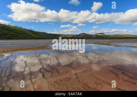 Grand Bildobjekte Frühling Reflexionen mit Twin Buttes, Midway Geyser Basin, UNESCO, Yellowstone-Nationalpark, Wyoming, - Stockfoto