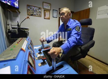 Wladiwostok, Russland. 7. Juli 2014. Yuri Goltsov betreibt die Vladivostok Standseilbahn. © Yuri Smityuk/ITAR-TASS/Alamy - Stockfoto