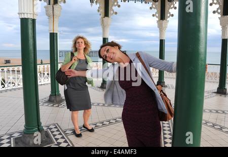 Junge Frau und ihrer Mutter am Musikpavillon Brighton Seafront UK - Stockfoto