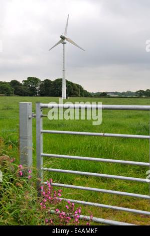 Einzelne Windturbine in der Mitte ein Bauern-Feld in der Nähe von Haverfordwest, Wales - Stockfoto