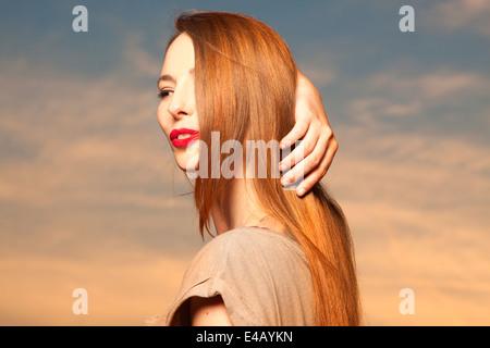 Schöne, glückliche junge Frau im Sonnenlicht - Stockfoto